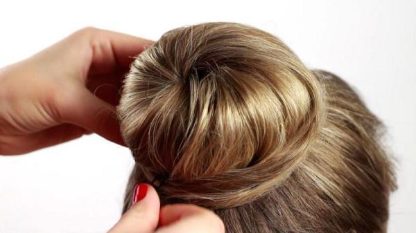 Сделать такой красивый пучок на средние волосы сумеет и девочка-подросток.