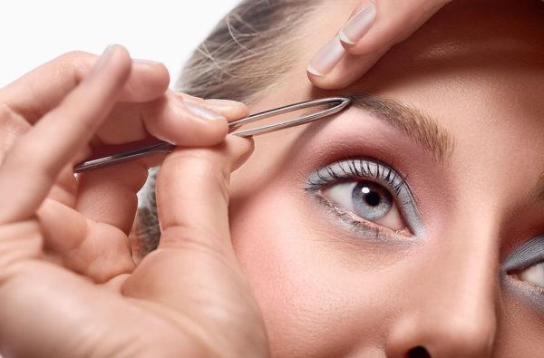 Слегка придерживайте кожу в месте выщипывания волосков, чтобы процедура была менее болезненной