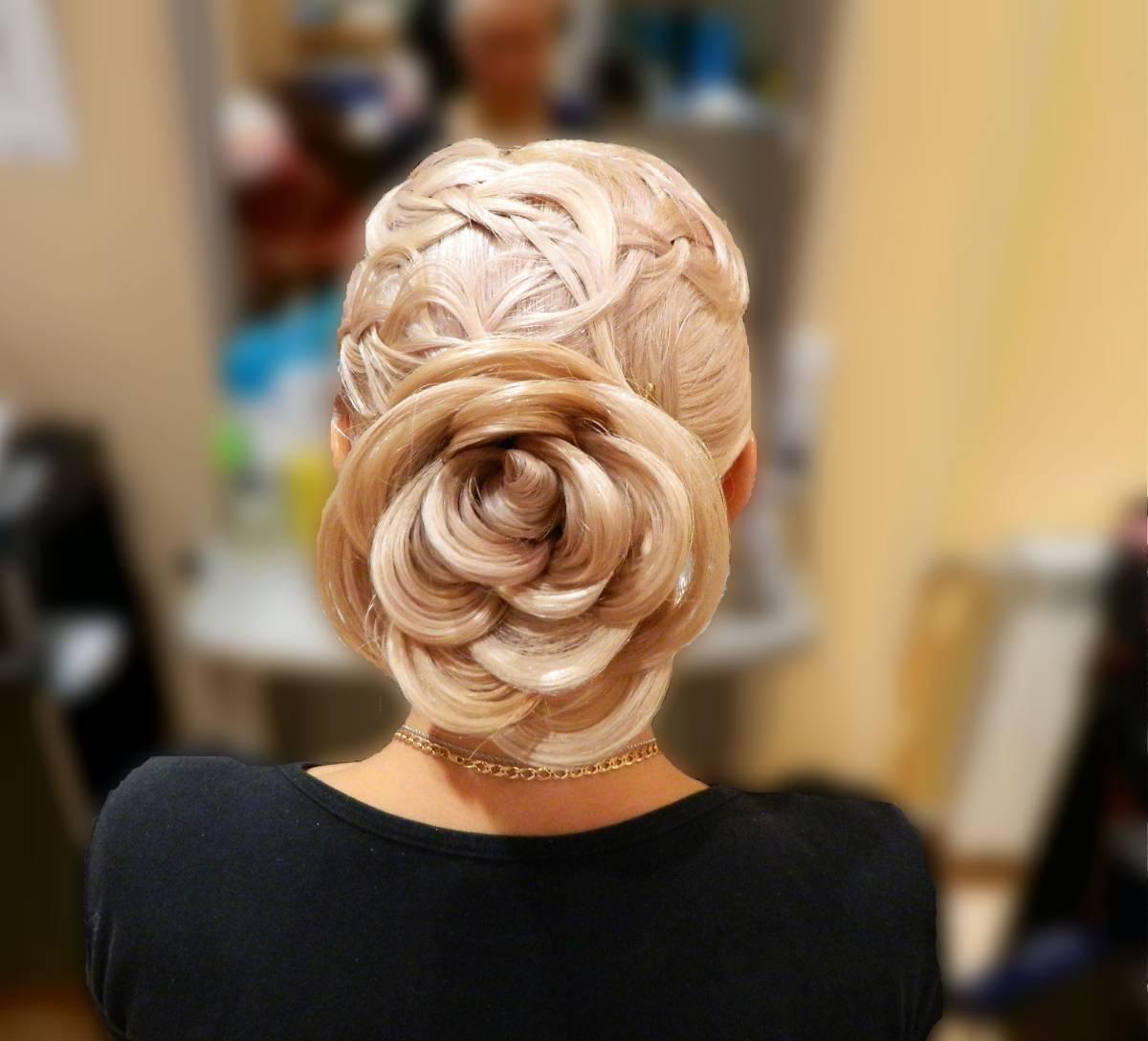 прически на средние волосы с цветами из волос