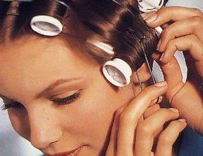 Снимаем приспособления предельно аккуратно, чтобы не повредить волосы.