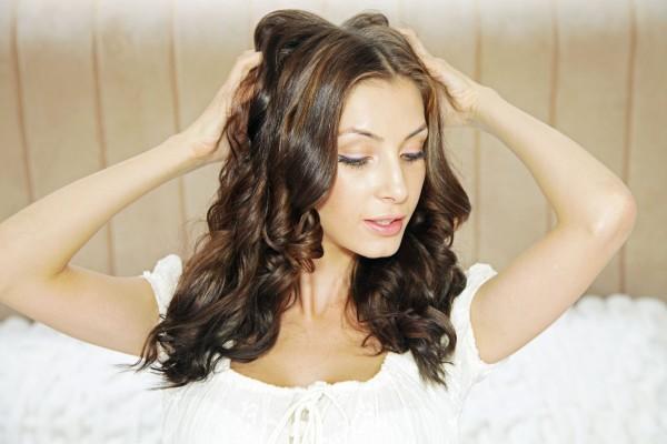 Сняв бигуди, не расчесывайте прическу, а просто поправьте волосы руками