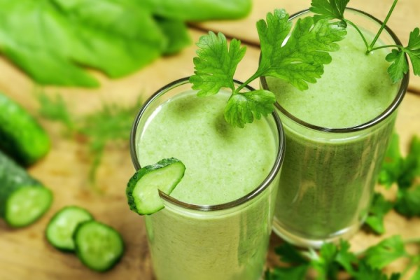 Сок петрушки и сельдерея – отличное средство, очищающее печень и оздоравливающее организм в целом