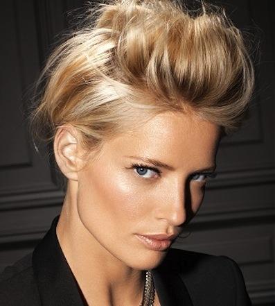 Созданный объем на коротких волосах обязательно закрепляйте лаком