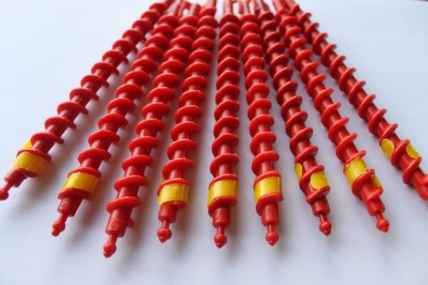Создать мелкие вертикальные завитки можно при помощи спиральных бигуди