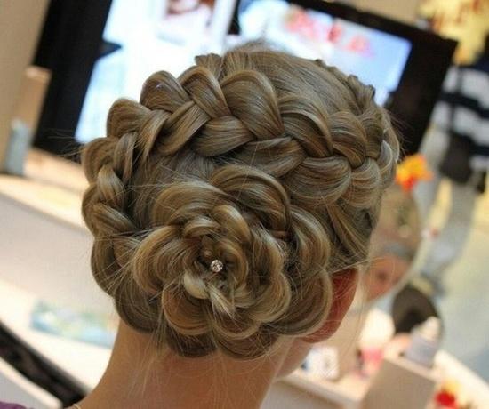 Создать утонченный и трогательный облик поможет коса в форме цветка