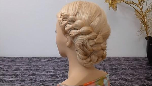 Такая коса, собранная сзади в пучок, вызовет множество восхищенных взглядов