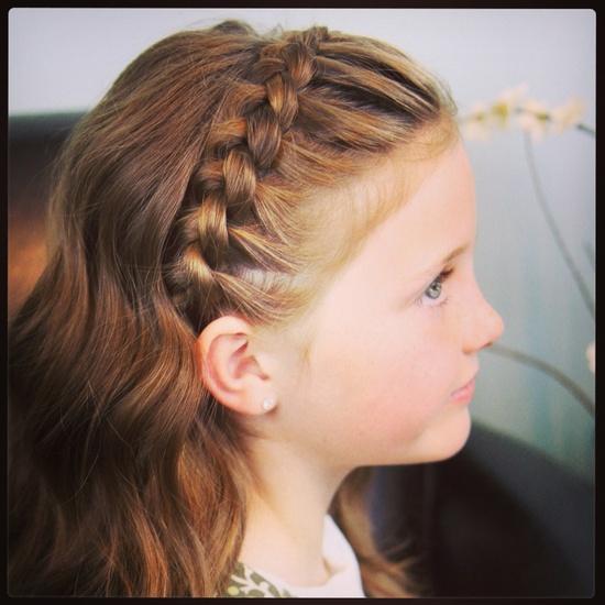 Такое плетение на длинных локонах создает ребенку комфортные условия, ведь волоски не лезут в глаза