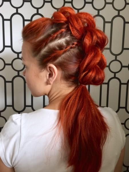 Такую прическу можно разнообразить и другими косами