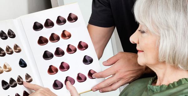 Цвет волос для седых волос должен быть спокойным и натуральным, откажитесь от яркости и кричащих тонов
