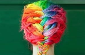 Цветные пряди в плетениях выглядят особенно привлекательно