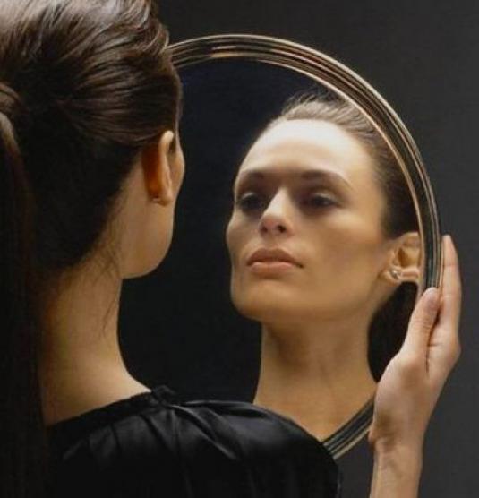 Убираем волосы со лба, подготавливаем зеркало и хорошее освещение.