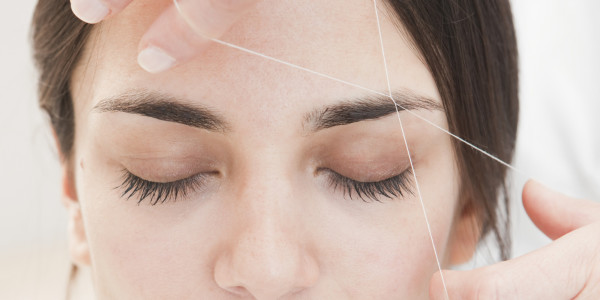 Удаление волос нитью в косметологии называют тридинг-эпиляцией