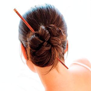 Закрепить волосы палочками