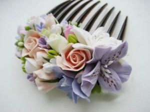 Украшение с цветами смотрится очень «по-девичьи»