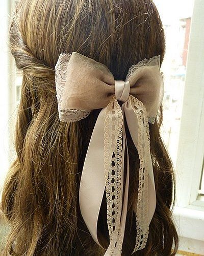 Украсьте локоны милым бантом, чтобы причёска заиграла по-новому.