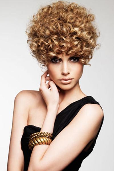Упругие завитки можно получить с помощью бигуди, причем на волосы любой длины. Главное, правильно выбрать размеры изделий.