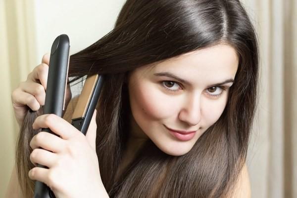 Утюжок поможет не только распрямить, но и накрутить волосы