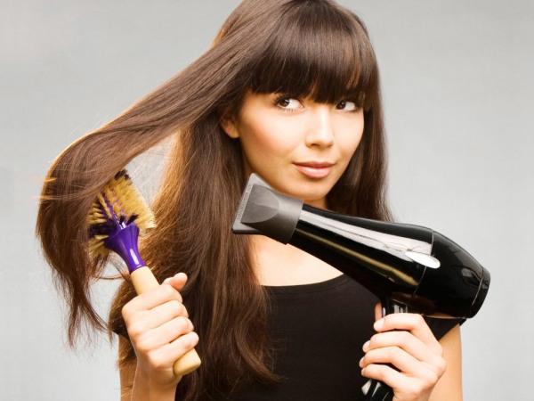 В дуэте с феном отличный результат дает спрей для выравнивания волос