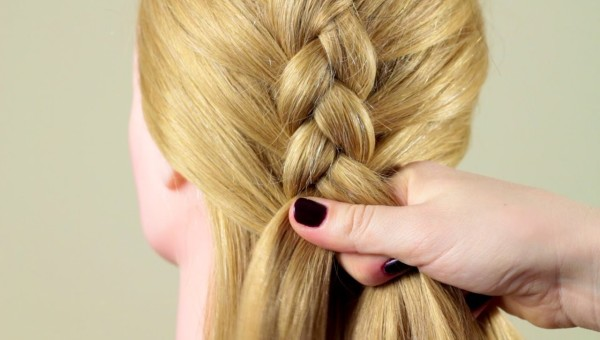 В процессе плетения вывернутой косы пряди накладываются не друг на друга, а под