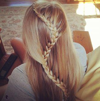 В зависимости от длины шевелюры можно делать как резкие, так и легкие изгибы у косы - «змейки»