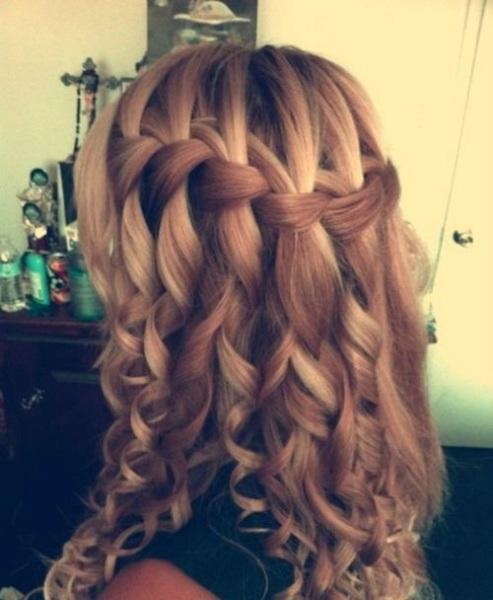 «Водопад» на завитых волосах выглядит очень эффектно