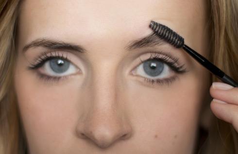 Восстановить рост волосков поможет регулярный самомассаж с помощью специальной щеточки и нанесенной на нее сыворотки из полезных масел (касторовое, репейное и пр.)