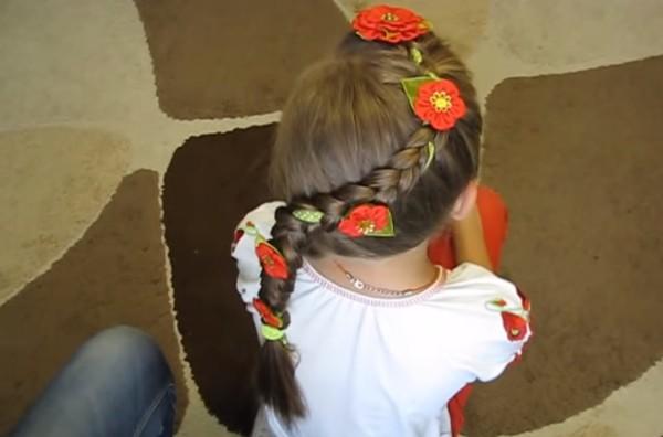 Вот так красиво и оригинально смотрятся канзаши на ленточке в косу