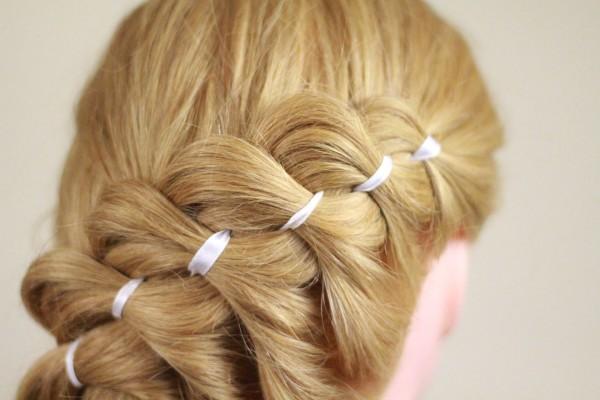 Всего одна ленточка в косе способна наилучшим образом украсить прическу