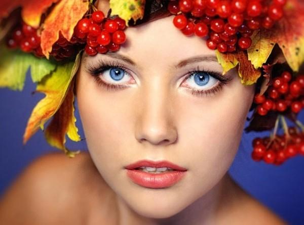 Выбирая ягоды и фрукты для масок, помните, что многие из них способны оставить оттенок на светлых волосах, поэтому подходят только темным и рыжим локонам