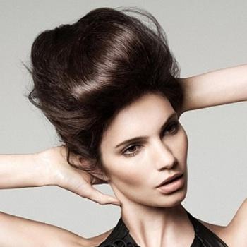 Высокие причёски выглядят торжественно, однако подходят далеко не всем