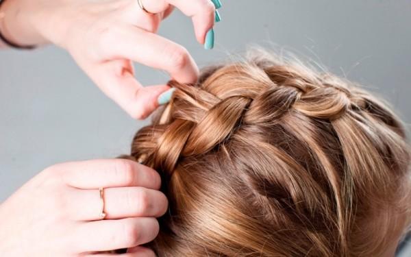 Вытаскивать локоны таким образом нужно по всей площади косы.