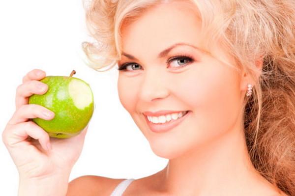 Яблоки помогают женщинам казаться моложе, не зря их в сказках называют молодильными.