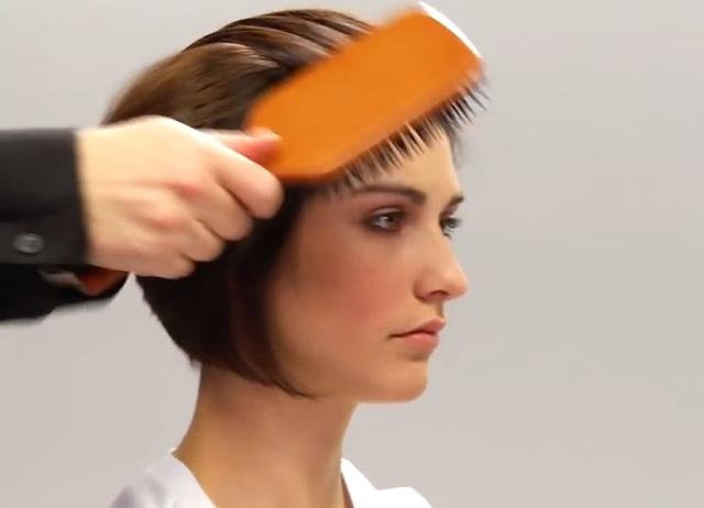 На какую сторону зачесывать волосы женщине