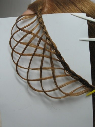 Законченная прическа сеточка из волос. Теперь можно закрепить этот ажурный элемент где-нибудь снизу сбоку.
