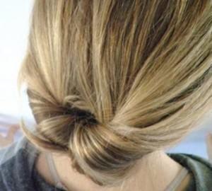 Завершенную укладку зафиксируйте лаком для волос. По желанию украсьте подобранной по стилю с одеждой заколкой.