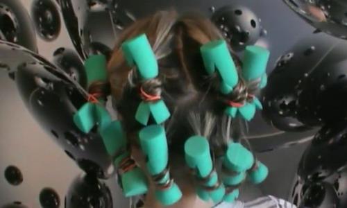 Завитые пряди на локсы спиралеобразной техникой.