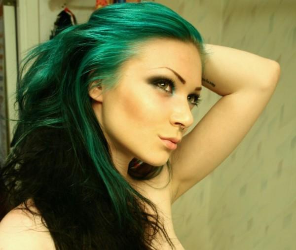 Зеленая краска для волос с синими холодными акцентами подойдет девушкам летнего цветотипа