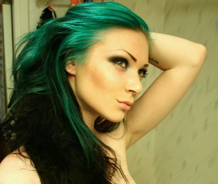 Салатовые волосы