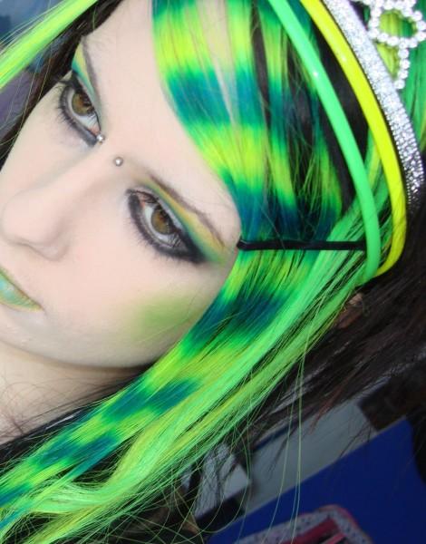 Зеленые пряди могут быть акцентом в вашем образе и отлично гармонируют с каштановым и шоколадным цветом волос