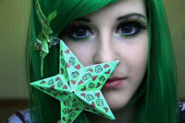 Зеленый оттенок на волосах «зимы» должен быть контрастным и ярким