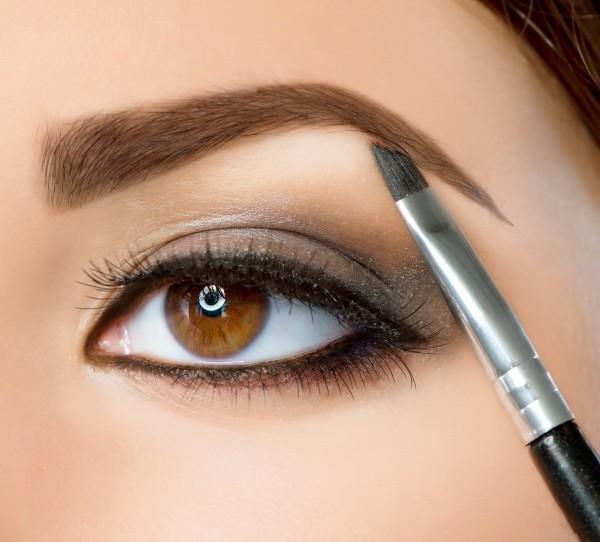 Злоупотребление косметическими средствами может стать причиной выпадения и неприглядного вида ваших бровей