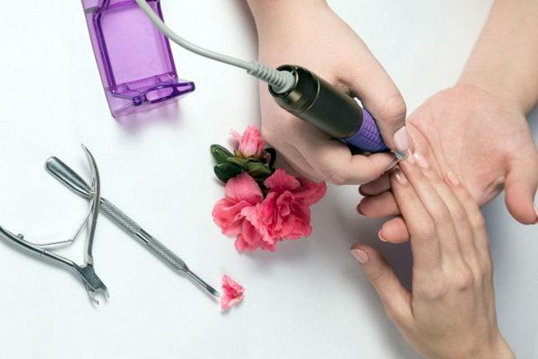 Аппаратный маникюр требует опыта и сноровки, чтобы не нанести вред кожным покровам и ногтевой пластине