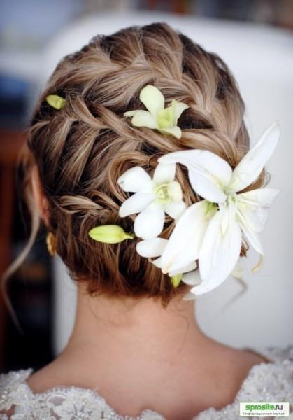 Аристократически выглядят вечерние прически с цветами в волосах.
