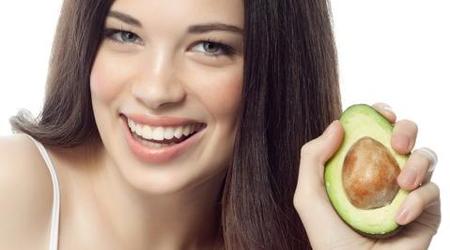 Авокадо поможет надолго закрепить влагу в волосах