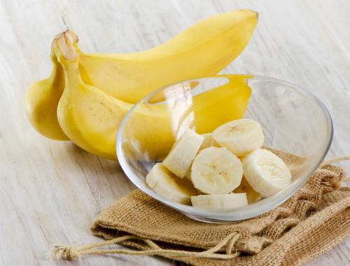 Бананы также можно взбить блендером, чтобы получилась смесь без комочков