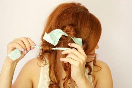 Бигуди можно сделать из подручных материалов, например, из ткани, как на фото