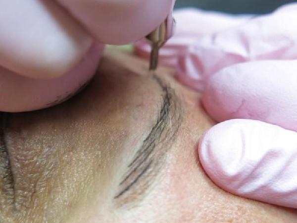 Благодаря использованию ручки-манипулы мастер имеет возможность контролировать каждое движение и прорисовку волосков, именно это и является залогом получения максимально естественного результата