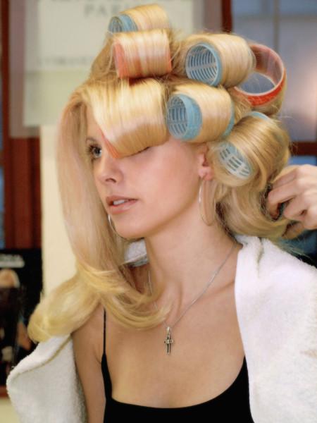 Большой объем бигуди для кудрявых волос позволяет выровнять строптивые завитки