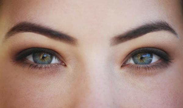 Брови правильной формы и подходящего оттенка способны сделать взгляд выразительнее