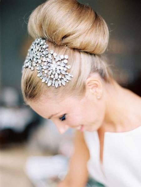 Бублик или пучок — самая простая, но элегантная прическа для длинных и средних волос